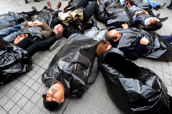 Активісти за права людини протестують проти рішення суду про заборону прокурдської партії в Туреччині. Стамбул, Туреччина. Фото: MUSTAFA OZER / AFP / Getty Images