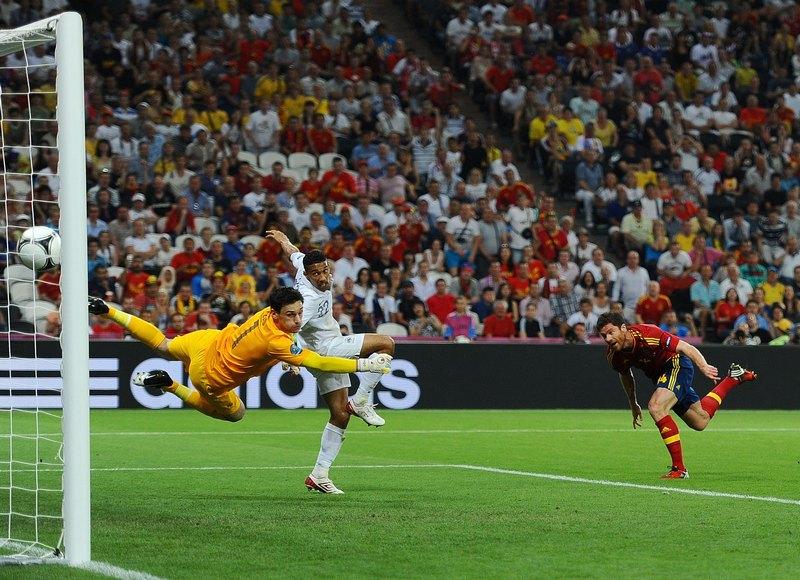 Донецк, Украина, 23 июня. Евро-2012, матч Испания — Франция. Хаби Алонсо (Испания) забивает гол. Фото: Laurence Griffiths/Getty Images