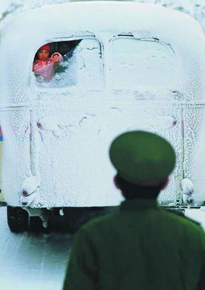 Солдат прощается с женой и ребёнком, приезжавших навестить его. Фото с epochtimes.com