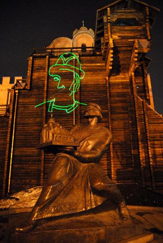 Памятник Ярославу Мудрому возле отреставрированных Золотых ворот. Фото: Владимир Бородин/Великая Эпоха