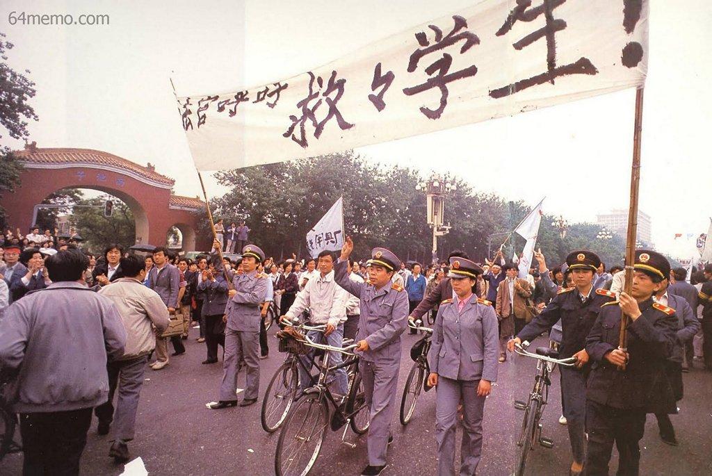 18 мая 1989 г. Надпись на плакате «Судейские чиновники призывают спасти студентов». Длительная голодовка студентов тронула сердца многих людей, даже судейские чиновники вышли поддержать их. Фото: 64memo.com