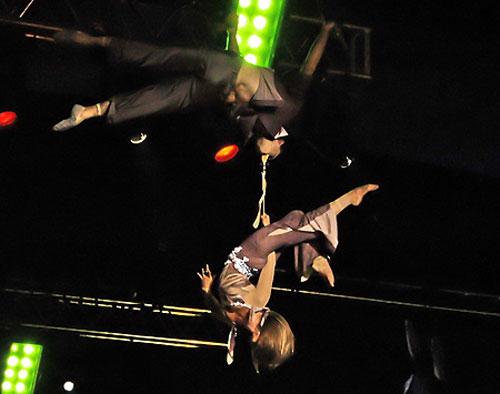 Повітряні гімнасти на ременях Дмитро Григоров і Олеся Шульга. Фото: Вікторія Тюріна/Велика Епоха