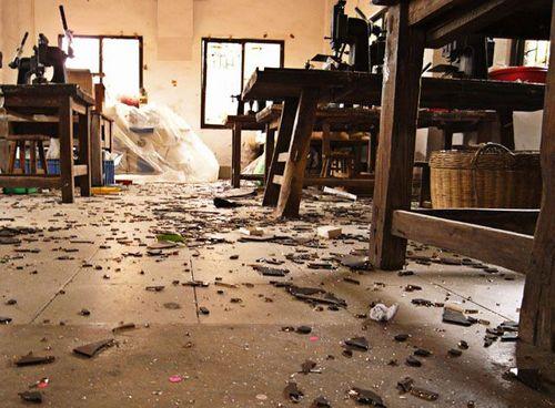 В домах и магазинах расположенных в радиусе двух километров, вылетели стёкла и частично была повреждена мебель. Фото с epochtimes.com