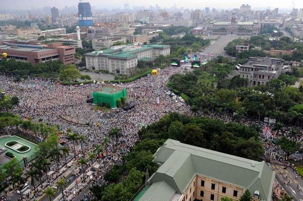Тайваньцы выражают протест против политики президента на сближение острова с коммунистическим Китаем. Фото: ЦАН