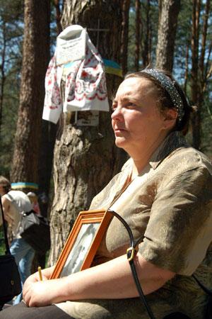 Женщина печалится о погибших в Быковнянскому лесу в день чествования жертв коммунистических репрессий. Фото: Владимир Бородин/Великая Эпоха