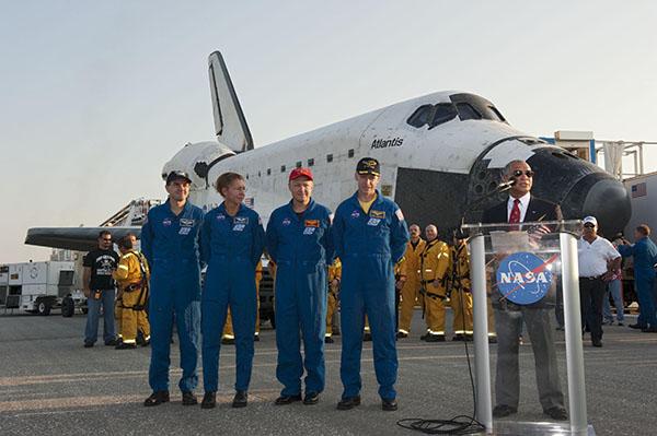 Глава НАСА Чарльз Болден вітає екіпаж шатла з успішним виконанням місії STS-135. Фото: NASA/Kim Shiflett