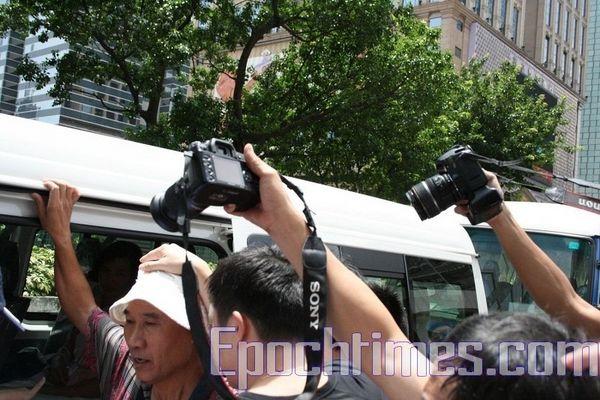 Поліція незаконно заарештувала представника місцевої Асоціації Фалунь Дафа Ліня Іміна. Фото: Ан Чі/The Epoch Times
