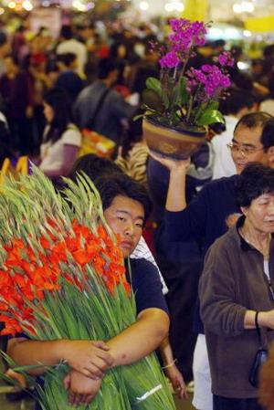 Тайвань. Тайбэй. На рынке люди покупают цветы. Фото: Patrick Lin/AFP Photo