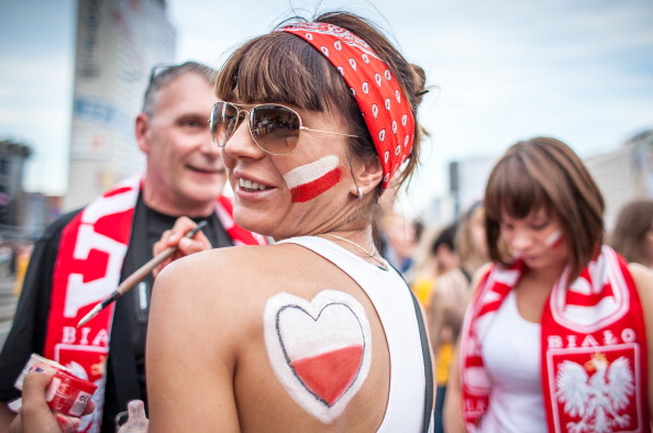 Поклонники Польши готовятся к просмотру игры своей сборной против Чехии в фан-зоне в Варшаве 16 июня 2012 года. Фото: WOJTEK RADWANSKI/AFP/Getty Images