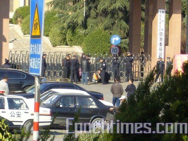 Родные погибшего Сунь Цзянцзюна пришли к зданию местной администрации, чтобы обратиться