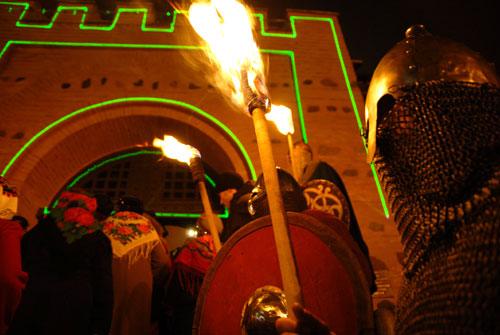 Рыцарь с факелом на торжественном открытии Золотых ворот в среду 5 декабря в Киеве. Фото: Владимир Бородин/Великая Эпоха