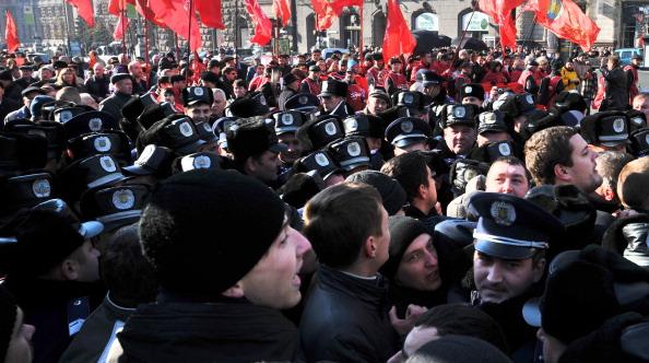 Свободовцы забросали коммунистов яйцами на Крещатике. Фото: SERGEI SUPINSKY/AFP/Getty Images