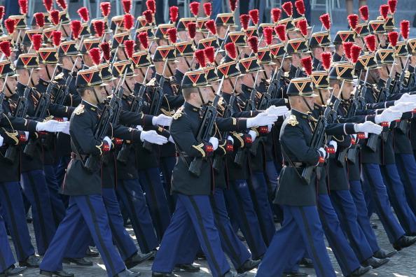 Французькі солдати Республіканської гвардії піхотного полку маршем пройшли по Єлисейських полях під час щорічного дня взяття Бастилії. Парад у Парижі 14 липня 2011 року. Фото: Getty Images