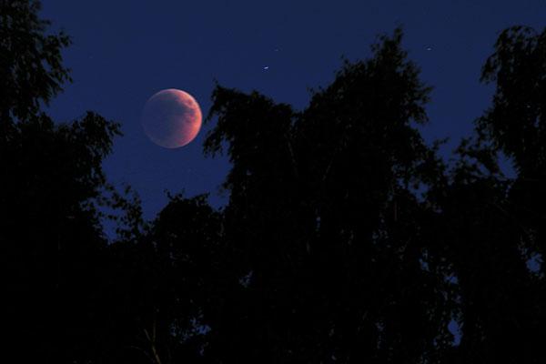 Полное лунное затмение произошло 15 июня 2011 года. Фото: Владимир Бородин/The Epoch Times Украина