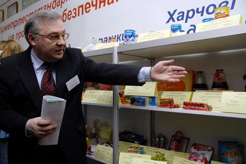 Специалист Госпотребстандарта рассказывает про некачественные продукты питания. Фото: Владимир Бородин/Великая Эпоха