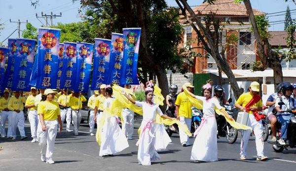 Хода послідовників Фалуньгун на острові Балі. 9 серпня. Фото з minghui.ca