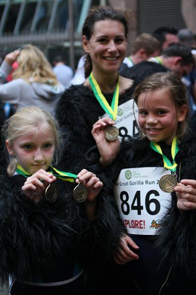 Участники «Большого забега горилл» в Лондоне демонстрируют памятные награды. Фото: greatgorillarun.org