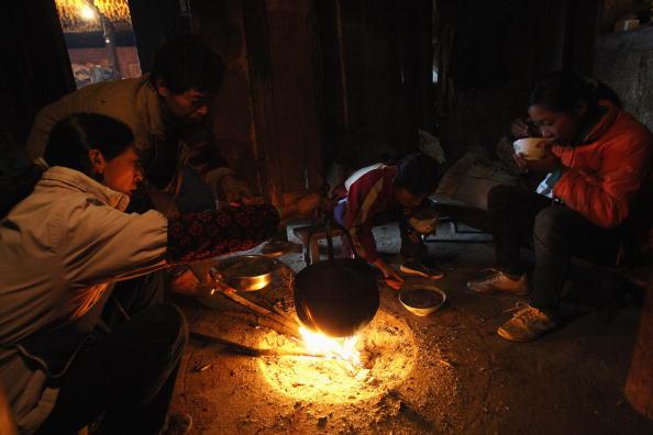 Дети на перерыве между учёбой сами готовят себе еду в чанах на костре. Уезд Ханьюань провинции Сычуань. 17 ноября 2008 г. Фото: Guang Niu/Getty Images