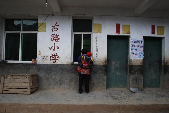 Надпись на стене: «Начальная школа Гулу».