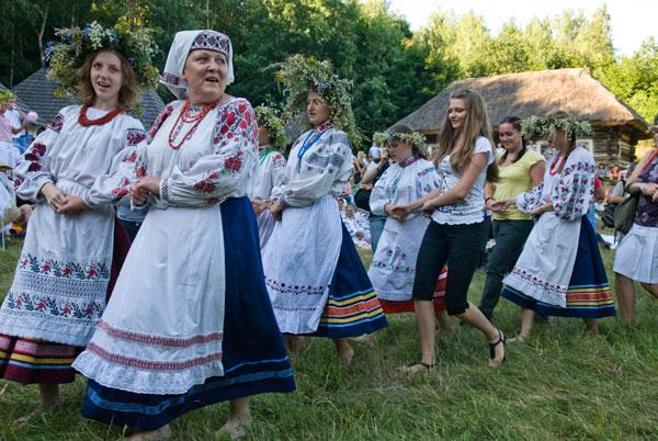 Водіння хороводів на святі Івана Купала в Пирогово. Фото: Володимир Бородін/The Epoch Times