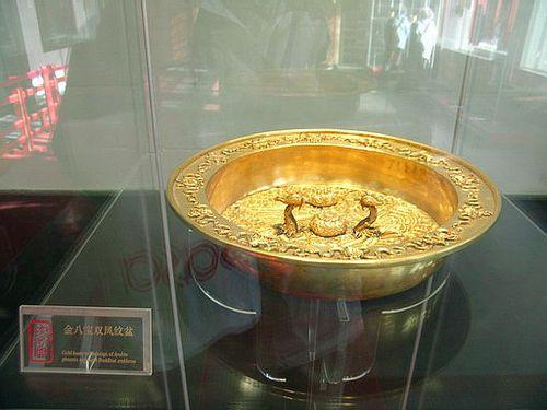 Золотая миска с орнаментом. Фото с secretchina.com
