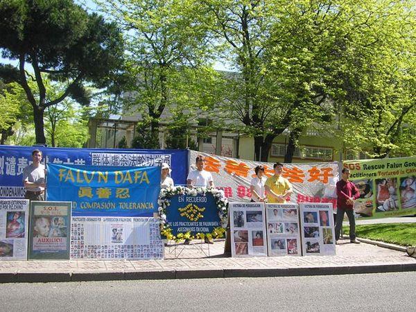 Испания. Акция, посвященная девятилетию со дня «инцидента 25 апреля». Фото с minghui.ca