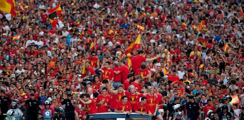 Мадрид, Испания, 2 июля. Сборная Испании, победитель чемпионата Евро-2012, вместе с фанатами участвует в праздничном параде. Фото: Pablo Blazquez Dominguez/Getty Images