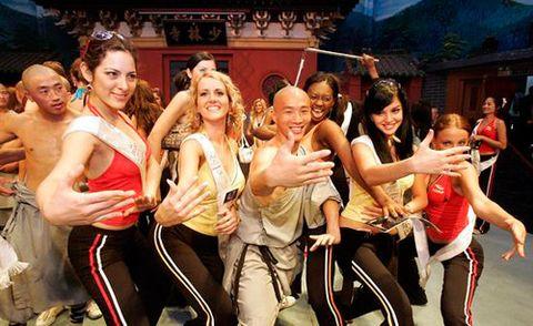 Монахи Шаолинь с девушками-туристками изучают боевые стойки. Фото с сайта epochtimes.com