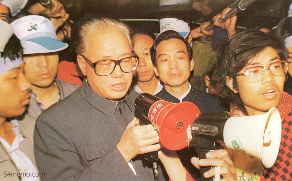 19 травня 1989 р. О четвертій годині ранку на площі Тяньаньмень раптом з'явилися секретар компартії Чжоу Цзиян і Вень Цзябао. Вони вийшли подивитися, як себе почувають студенти, які проводять тривале голодування. Фото: 64memo.com
