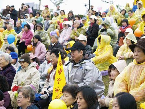 Последователи «Фалуньгун», разных возрастов пришли в парк, чтобы принять участие в мероприятии, посвящённом поздравлению основателя «Фалуньгун» с наступающим Новым годом. Фото: Тан Бин/Великая Эпоха