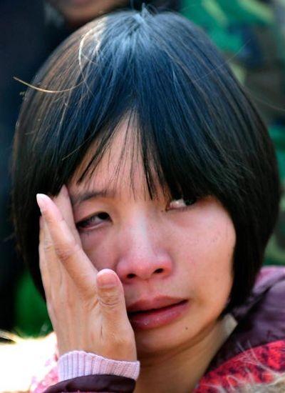 Узнав о вынесенном мужу приговоре, Цзэн Циньен не смогла сдержать слёз. Фото: TEH ENG KOON/AFP/Getty Images