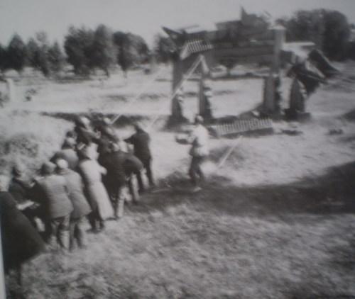 Хунвэйбины уничтожают каменные стелы Конфуция. Фото с aboluowang.com