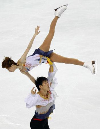 Дань Чжан и Хао Чжан (Китай) исполняют короткую программу. Фото: DAMIEN MEYER/AFP/Getty Images