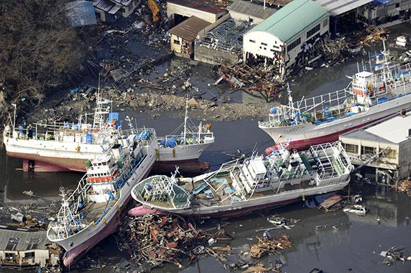 Рыболовецкие суда выброшенные на берег в северной японском городе Kesennuma в префектуре Мияги 12 марта 2011. (YOMIURI SHIMBUN/AFP/Getty Images)