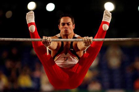 Амстердам, НІДЕРЛАНДИ: Rafael Martinez з Іспанії виступає під час чемпіонату Європи із спортивної гімнастики. Фото ARIS MESSINIS/AFP/Getty Images