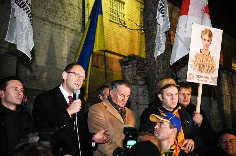 Арсений Яценюк выступает на митинге оппозиции возле Лукьяновского СИЗО в день годовщины Оранжевой революции 22 ноября. Фото: Владимир Бородин/The Epoch Times Украина