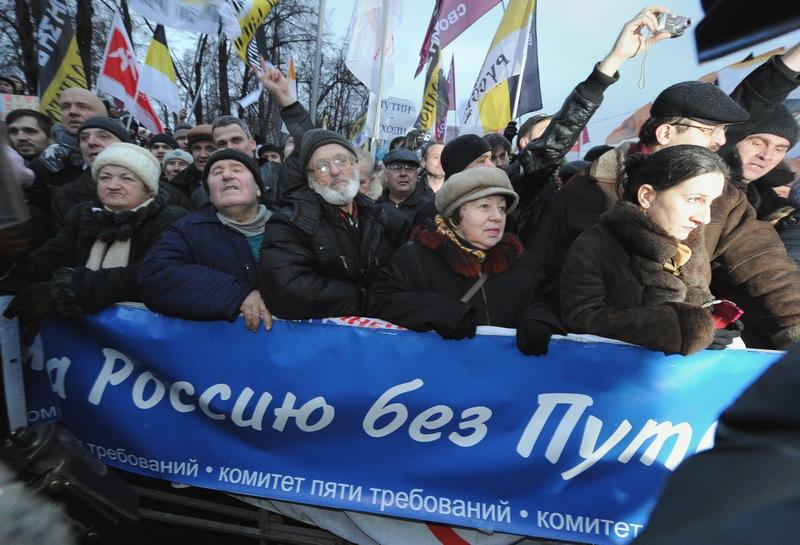 Активисты оппозиции во время акции протеста в центре Москвы 10 декабря 2011 года против фальсификации выборов в Госдуму 4 декабря. Фото: Yuri Kadobnov/Getty Images