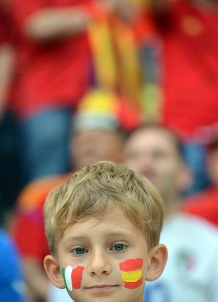 Молодой поклонник футбола перед началом матча Испании и Италии 10 июня 2012 года в Гданьске. Фото: GABRIEL BOUYS / AFP / GettyImages