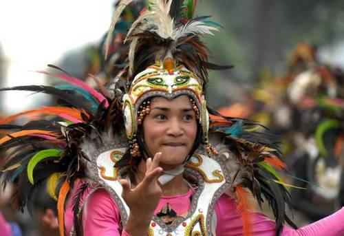 Сельские жители по случаю праздника наряжались в птичьи костюмы и выполняли различные танцы. Фото: JAY DIRECTO/AFP/Getty Images