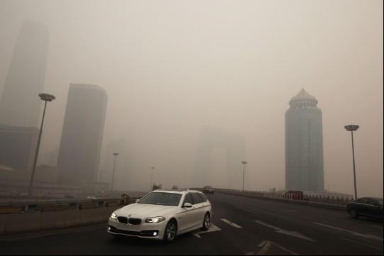 Смог на східній третій кільцевій дорозі Пекіна 8 грудня. Нову будівлю центрального китайського телебачення (CCTV) насилу можна розгледіти по центру кадру. Фото: Netease/скріншот/Велика Епоха