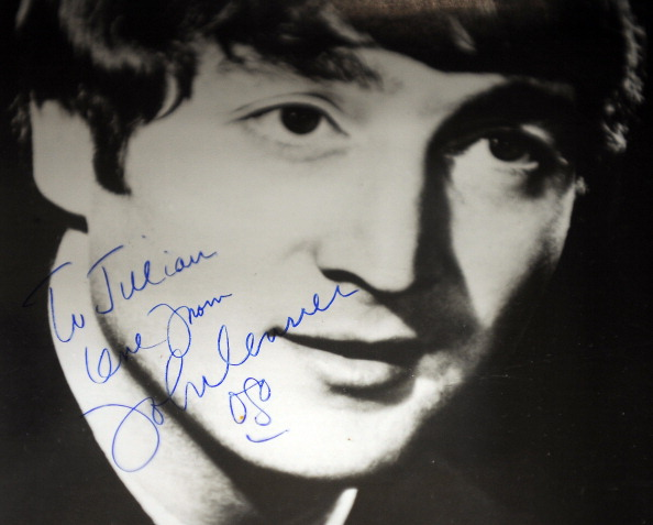 Фотография подписана Джон Леннон (John Lennon).Фото:GABRIEL BOUYS/Getty Images