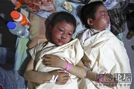 Дети, пострадавшие от землетрясения. Фото с secretchina.com