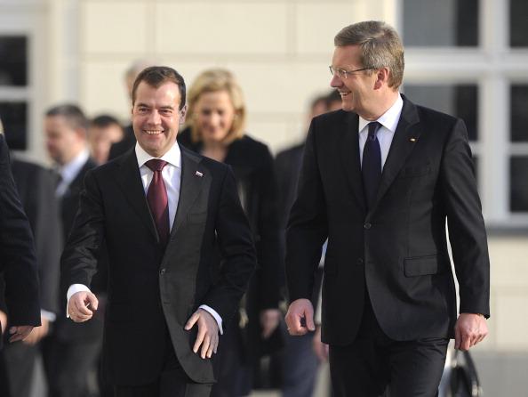 Немецкий коллега Кристиан Вульф приветствует президента России Дмитрия Медведева в Берлине 8 ноября 2011 года. Медведев прибыл в Германию на церемонию открытия российского газового трубопровода «Северный поток» в Западную Европу. Фото: ODD ANDERSEN/Getty