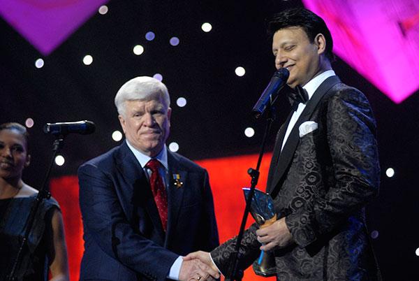 Олексій Вадатурський - генеральний директор ТОВ СП «Нібулон» (ліворуч), отримує премію «Інвестор року». Фото: Володимир Бородін/The Epoch Times