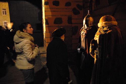 Первые посетители отреставрированных Золотых ворот, рассматривают старорусские костюмы. Фото: Владимир Бородин/Великая Эпоха