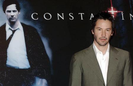 На тлі афіші фільму «Костянтин». Фото: Franco Origlia/Getty Images