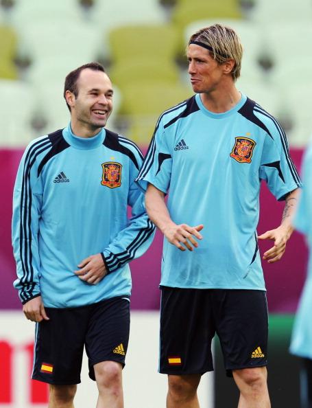Гданьск, Польша — 9 июня: Андрес Иньеста (слева) и Фернандо Торрес во время тренировки. Фото: Alex Grimm/Getty Images