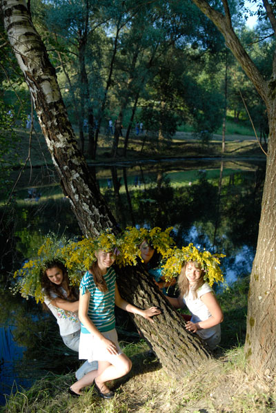 Дівчата на святі Івана Купала в Пирогово. Фото: Володимир Бородін/The Epoch Times