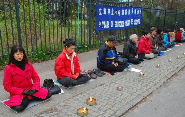 Акция, посвященная девятилетию со дня «инцидента 25 апреля» напротив китайского консульства в Дании. Фото с minghui.ca