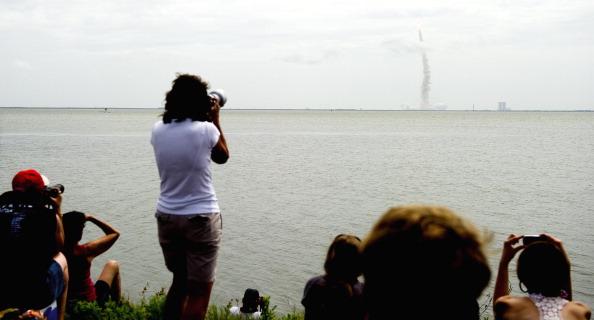 Зрители наблюдают за стартом шаттла «Атлантис». Фото: JIM WATSON/AFP/Getty Images